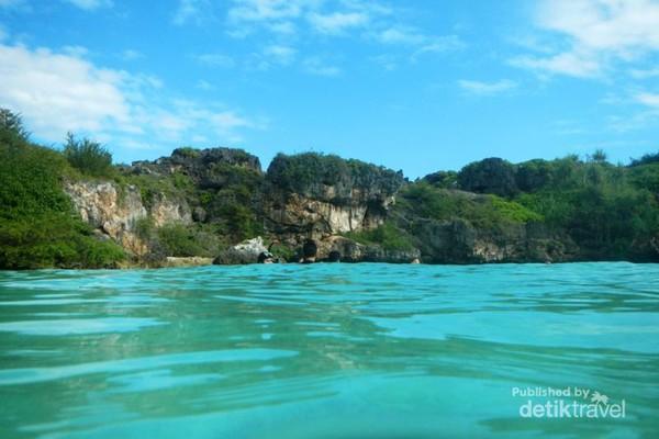 Air payau di Danau Weekuri sangat segar, bening, dan jernih
