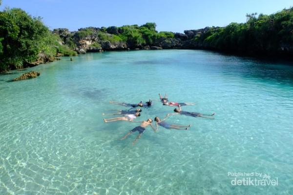 Menikmati biru dan segarnya Danau Weekuri di Sumba