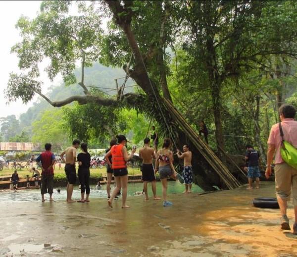 Berenang dan bermain air di Blue Lagoon yang cantik jadi pilihan favorit wisatawan