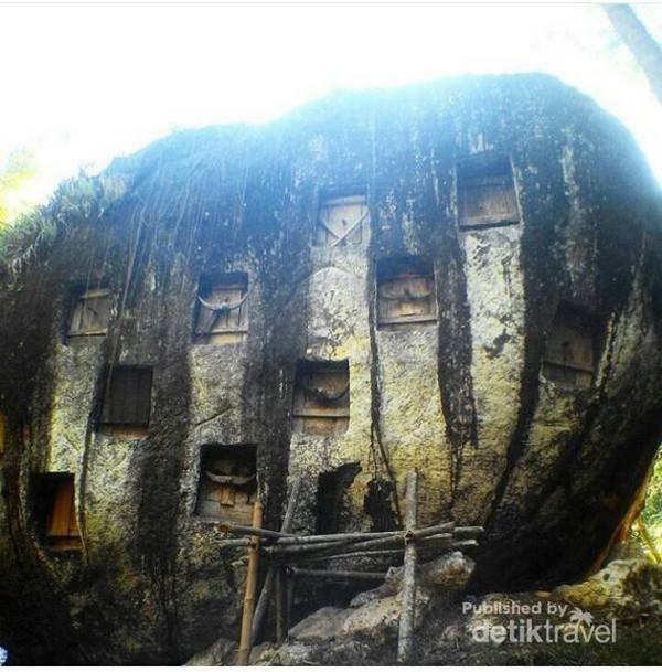 Batu raksasa berbentuk oval tempat meletakkan mayat
