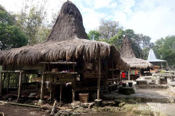 Atap rumah terbuat dari rumbai yang dibuat sendiri oleh penduduk