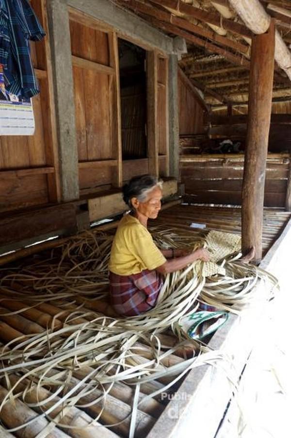 Seorang nenek yang msh produktif dengan melakukan kegiatan menganyam