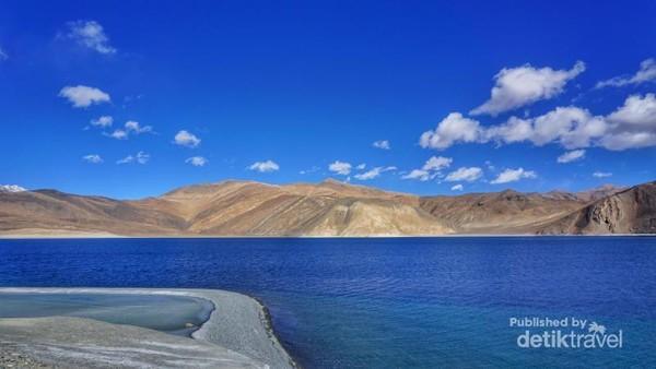 Pangong Lake dengan birunya yang memukau