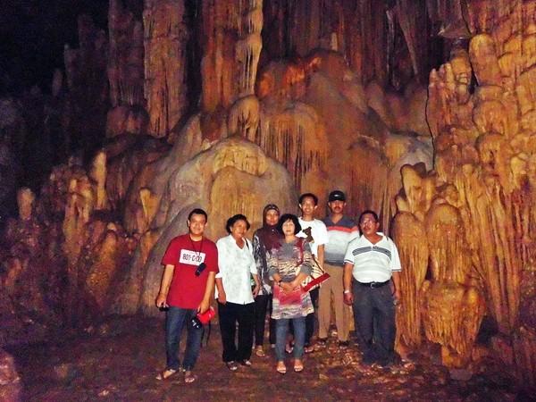 foto bersama keluarga di dalam ruang empat Goa Gong