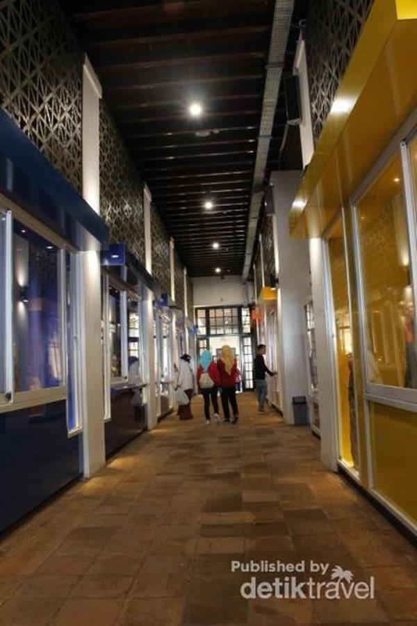 Koleksi museum memenuhi bagian dinding di kanan dan kiri.