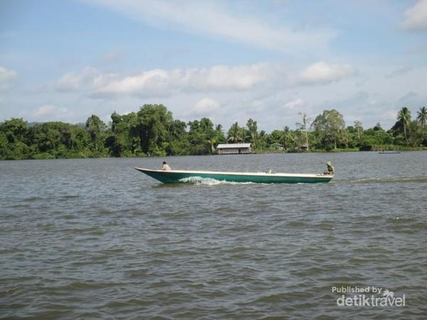 Aktifitas warga di sungai kayan
