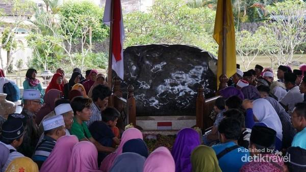 Pengunjung berziarah di makam Bung Karno