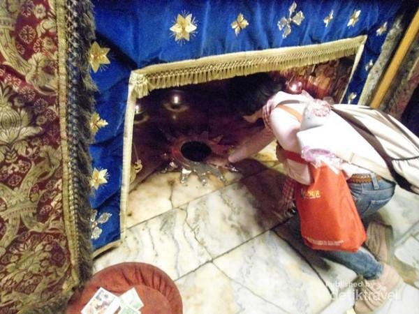 Besok, umat Kristiani merayakan Natal. Di Bethlemen, Yerusalem, peziarah bisa melihat tempat dimana Yesus Kristus dilahirkan. Tampak bintang bersudut 14 berwarna keemasan. Setiap pengunjung antre untuk berdoa.
