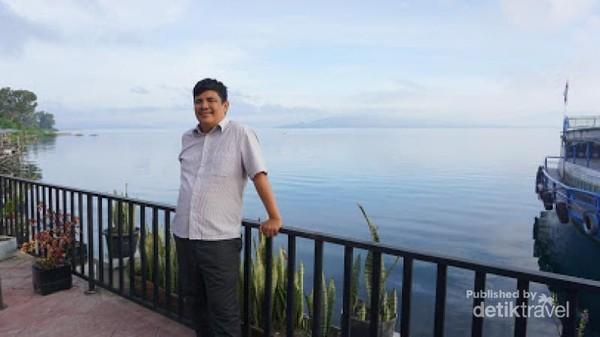 Tak lupa berfoto dengan latar belakang Danau Toba di Balige