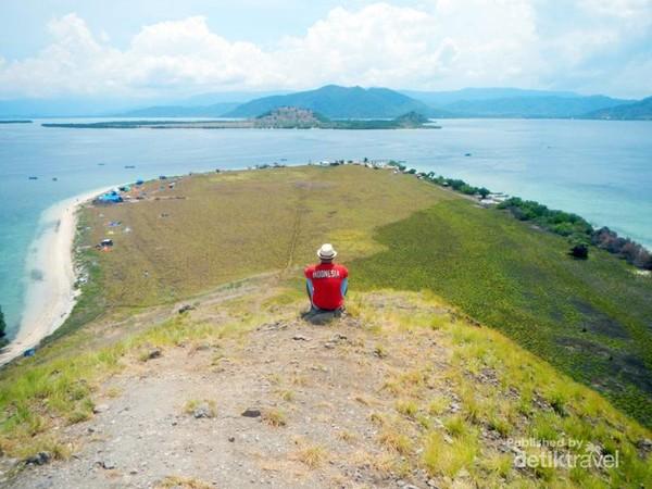 Pemandangan indah dari puncak bukit Pulau Kenawa