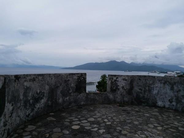 Benteng ini memiliki pemandangan indah dengan menghadap Pulau Halmahera