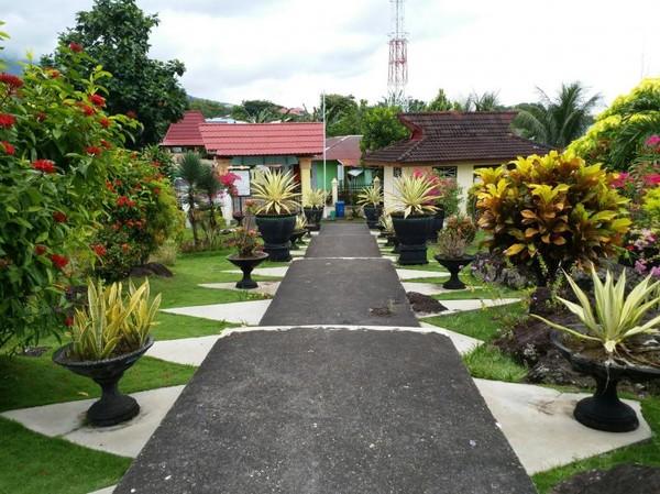 Kanan kiri menuju lokasi utama benteng dihiasi bunga dan tanaman cantik