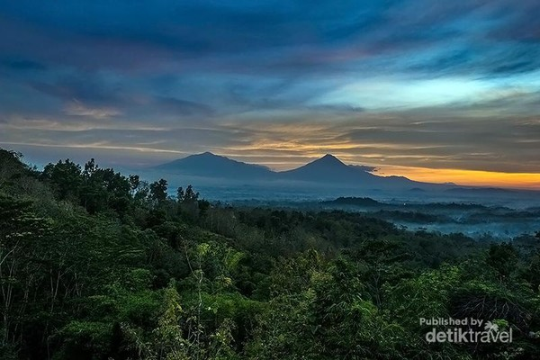Sebelum sang surya benar benar terbit, kami sudah tiba di bukit Punthuk Setumbu.