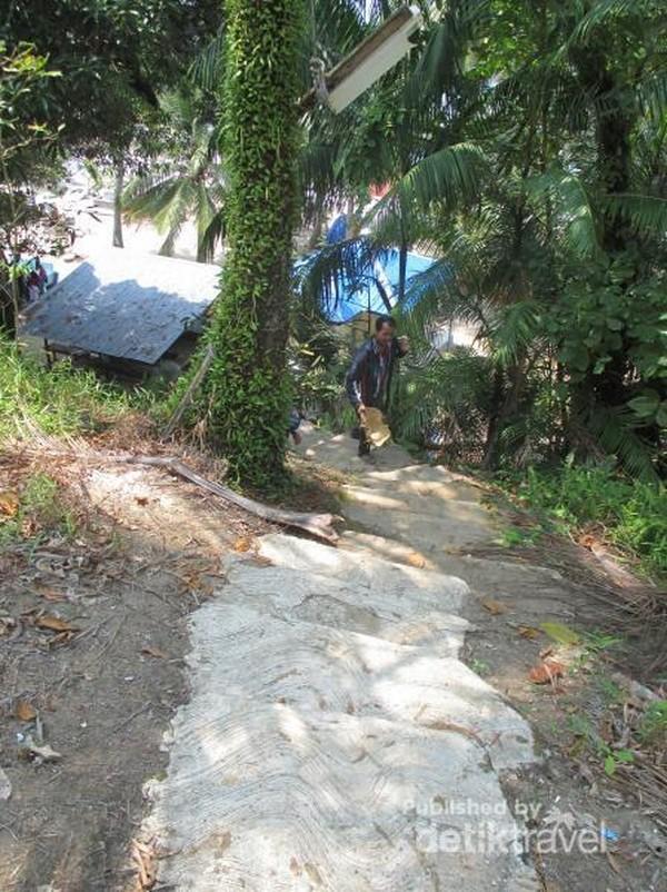 Harus mendaki tangga dulu, karena letaknya di atas bukit