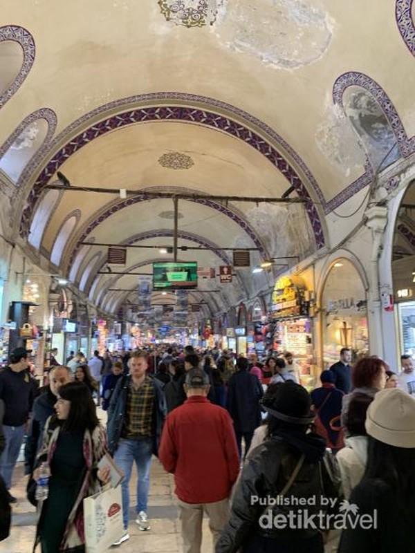 Suasana berbelanja di dalam Grand Bazaar Turki