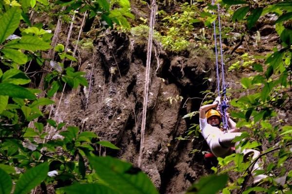 Hanya dengan menggunakan Single Rope Technique, traveler bisa mencapai ke dasar Gua Jomblang (uniqpost.com)