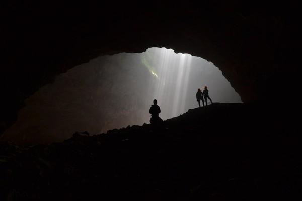 Terlihat cahaya matahari yang masuk melalui lubang gua (chikianwar.blogspot.com)