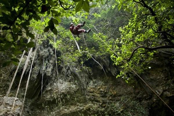 Satu tali ini berfungsi sebagai lintasan wisatawan untuk turun dan naik di Gua Jomblang (beritadaerah.com)