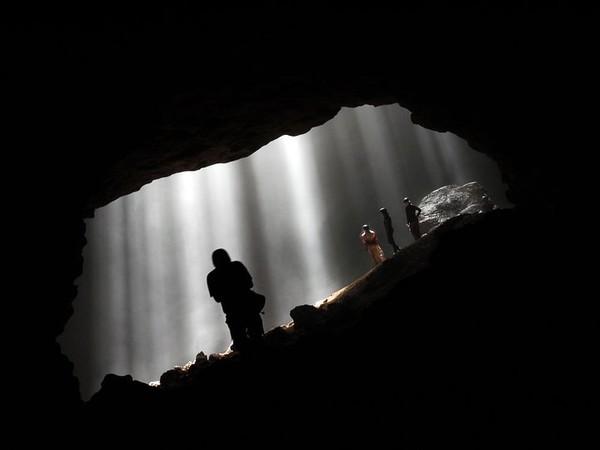 Suasana Gua Jomblang sangat gelap dan dingin (mystoriesmories.blogspot.com)