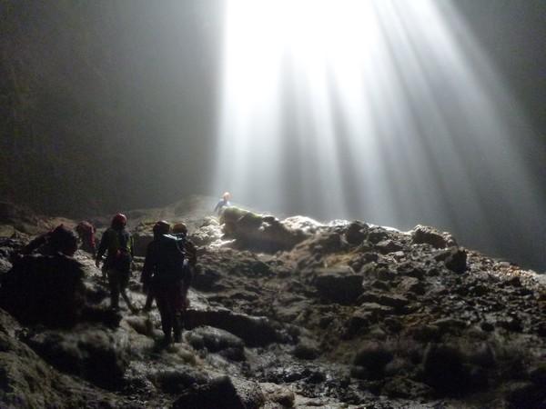para petualang harus meluncur ke dasar gua dari atas lubang besar yang menganga di atas Gua Jomblang (diengplateau.com)