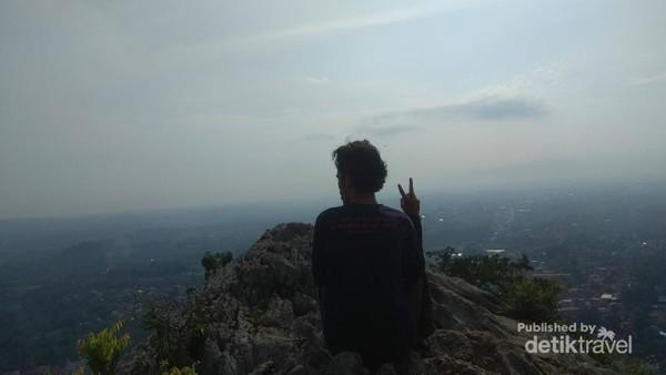 Pemandangan Kota Bogor dari Puncak Batu Roti