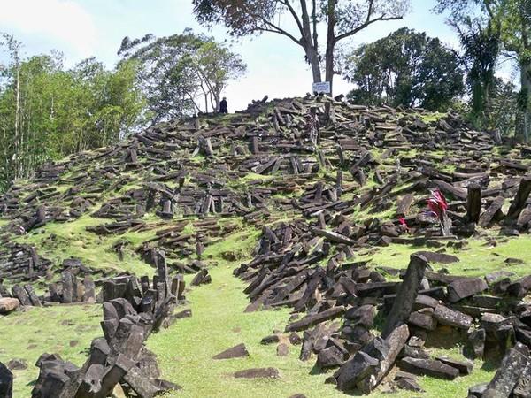 Tebaran batu di Gunung Padang