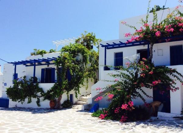 Rumah-rumah, kafe-kafe, gereja dan bangunan-bangunan lain hampir semuanya bercat putih dengan pagar, pintu atau jendela biru, seperti warna bendera Yunani. Pohon anggur dan bunga bougainvillea biasa dipakai untuk dekorasi bagian depan