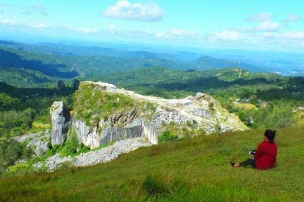 Lanskap alam Mollo Utara yang indah dengan pemendangan batu marmer