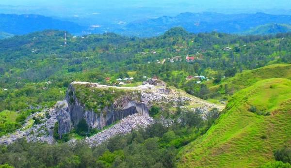 Pemandangan dari puncak bukit. Kita bisa melihat hamparan bukit-bukit kecil yang tersusun rapi
