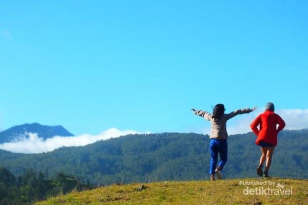 Pesona Gunung Mutis dari puncak Bukit Numetan