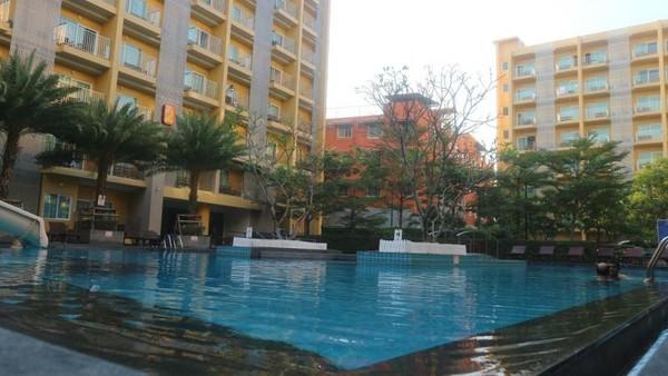 Area kolam renang yang cukup luas, bisa dinikmati oleh tamu