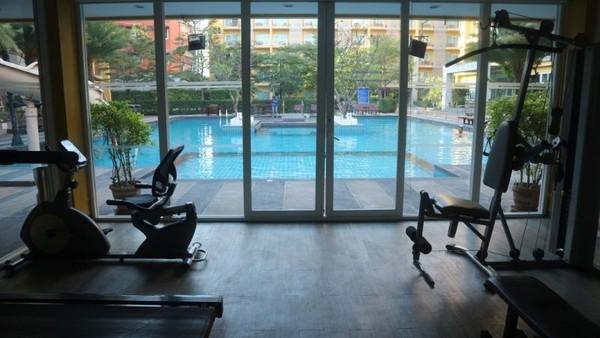 Fasilitas gym hotel yang langsung menghadap ke kolam renang