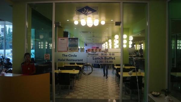 The Circle Halal Restaurant yang terdapat di lobi hotel dan buka 24 jam