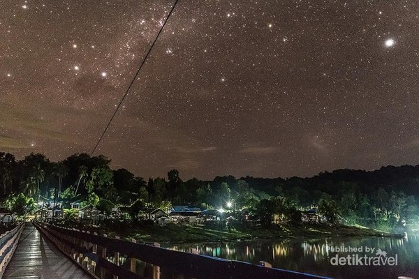 Malam tidak kalah indah dengan langit yang bertaburan bintang. Suasana di sini jauh dari polusi cahaya