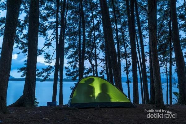 Setelah siap dengan semuanya, bercanda gurau di dalam tenda bersama keluarga. Menggunakan lampu yang bertenaga baterai