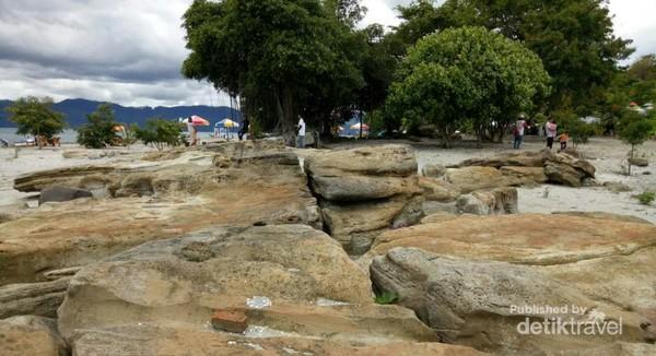 Endapan batu unik di Pantai Batu Hoda