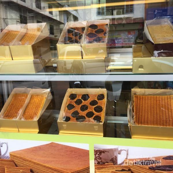 Toko kue lapis di Pasar Penuin.