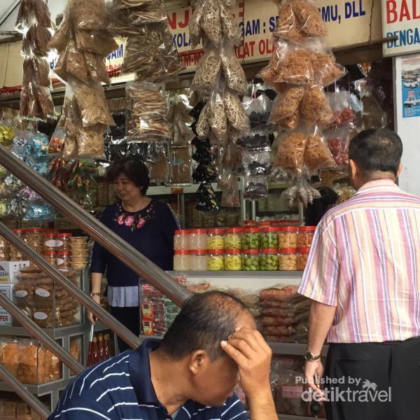 Salah satu toko yang menjual udang kering, manisan, asinan di Pasar Penuin - Batam
