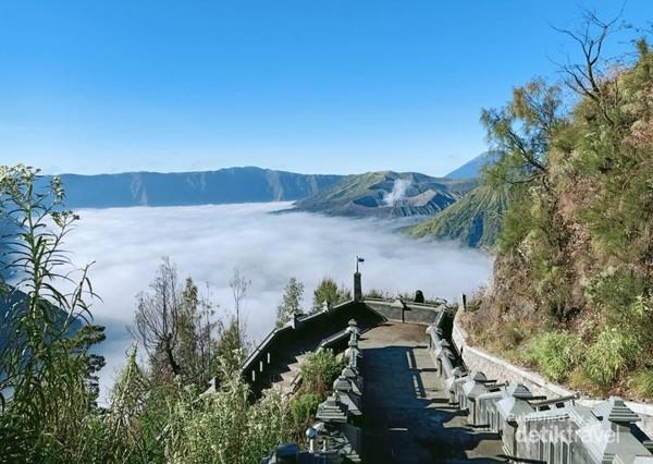 Untuk naik ke Puncak Seruni, wisatawan harus melewati sekitar 250 anak tangga.