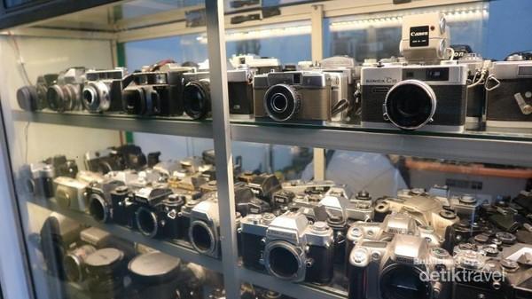 Aneka macam model kamera lawas terdapat di pasar ini