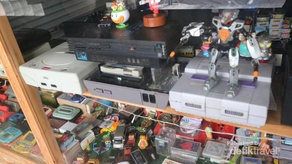 Bagi yang ingin mengenang masa kecil, terdapat juga aneka mainan dan konsol game model lama