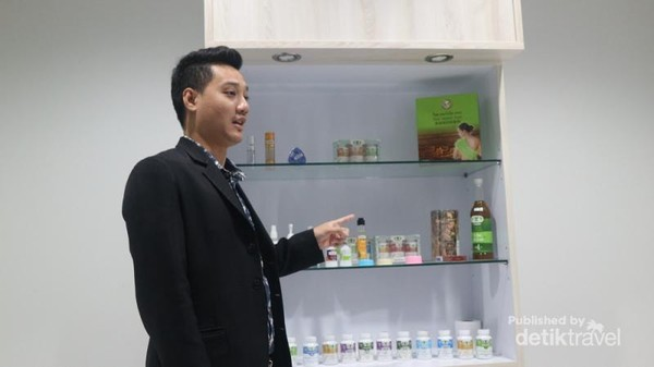 Sebelum berbelanja, pengunjung akan diberi penjelasan produk Erawadee oleh petugas yang fasih berbahasa Indonesia