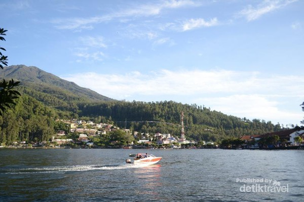 Speedboat di tengah Telaga Sarangan