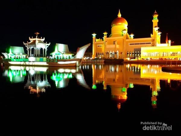 Keindahan bangunan Masjid Sultan Omar Ali di malam hari
