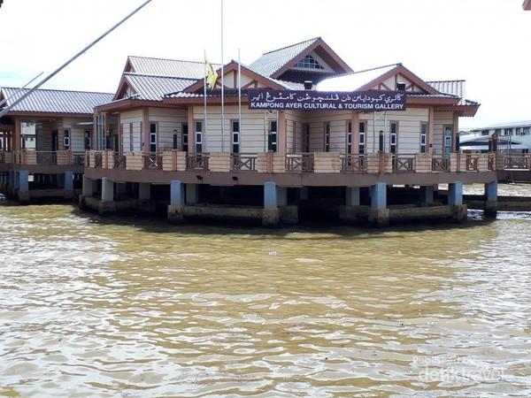 Kampong Ayer yang bisa dikunjungi dengan perahu dari Kota Seri Begawan
