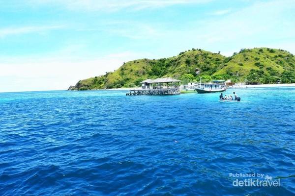 Pulau Kanawa dilihat dari kejauhan.