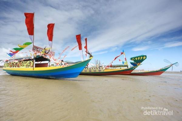 Sejumlah perahu mengiringi proses pelarungan Perahu Padaw Tuju Dulung.  (Iraw Tengkayu/2017)
