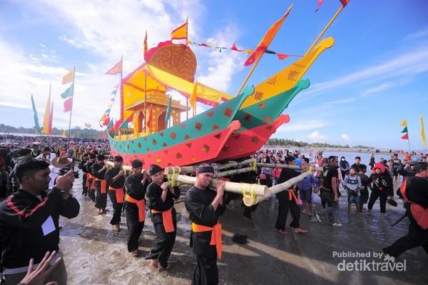 Puncak acara Iraw Tengkayu adalah pelarungan kapal sesaji ke laut. Sebelumnya, biasanya festival ini diisi dengan sejumlah hiburan dan parade, diantaranya parade budaya nusantara, tari daerah massal, dan hiburan rakyat. (Iraw Tengkayu/2017)