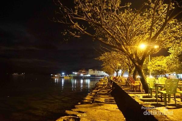 Menikmati malam di Pantai Tapak, Kota Ternate