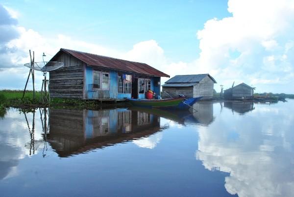 Rumah terapung di sepanjang aliran Sungai Ohong